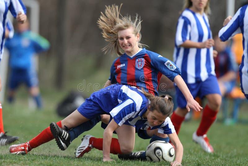 Vrouwelijke voetbalintensieve concurrentie royalty-vrije stock afbeeldingen