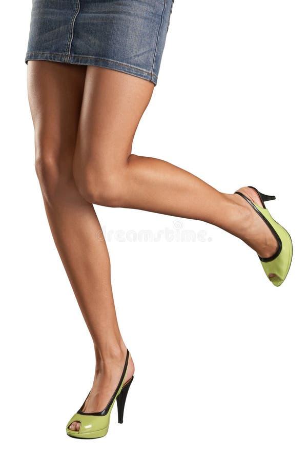 Vrouwelijke voeten in groene schoenen stock foto's