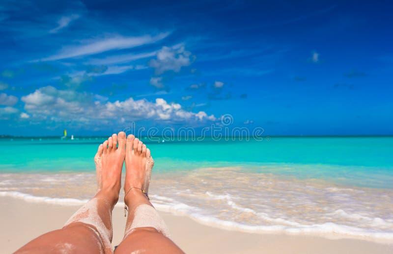 Vrouwelijke voeten op wit zandig strand stock foto's
