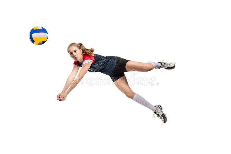 Vrouwelijke volleyballspeler die de bal raken stock foto