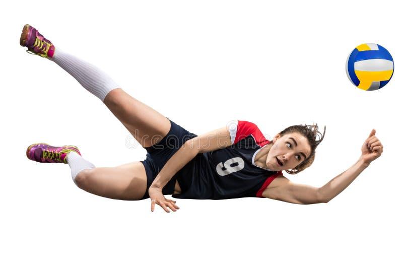 Vrouwelijke volleyballspeler die de ter plaatse geïsoleerde bal bereiken stock foto