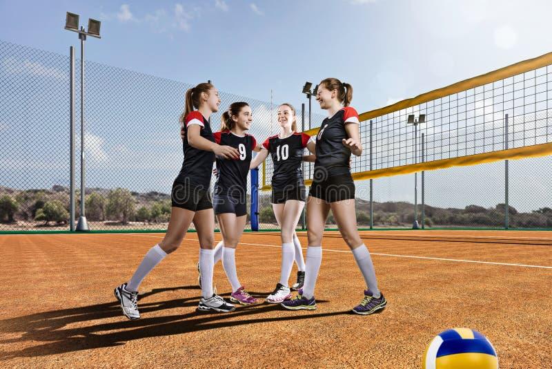 Vrouwelijke volleyballteam het vieren overwinning stock fotografie