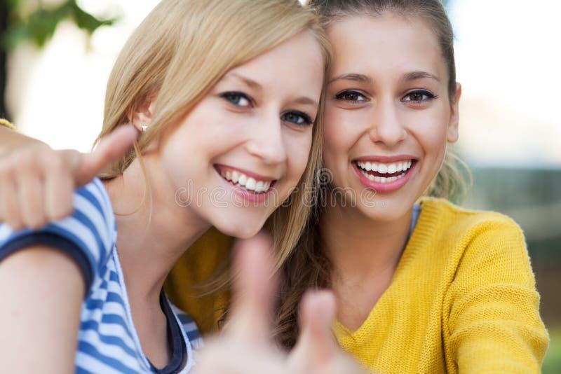 Vrouwelijke Vrienden Stock Foto