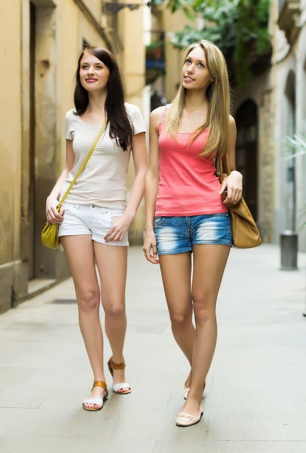 Vrouwelijke vrienden in borrels die een stadsreis hebben stock foto