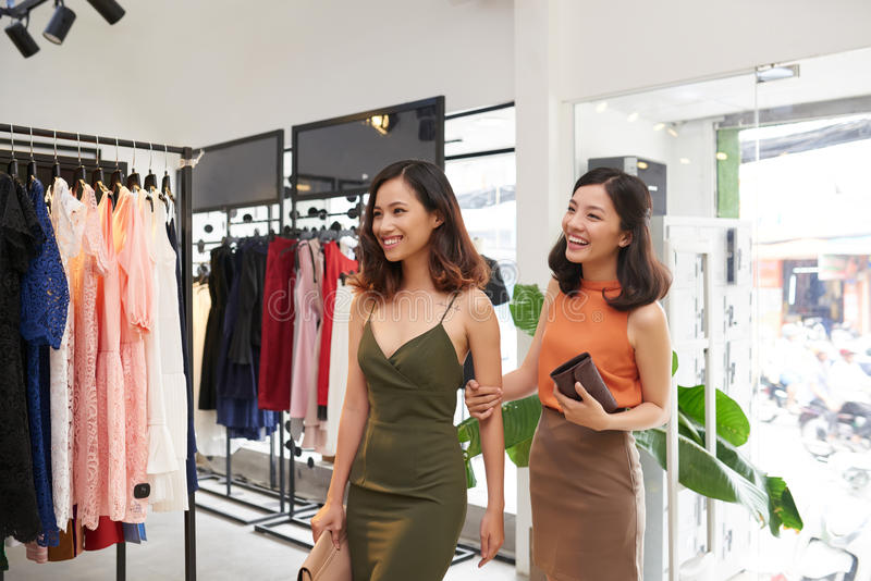 Vrouwelijke vrienden in boutique stock foto