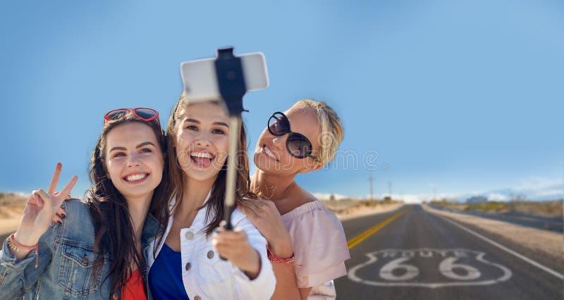 Vrouwelijke vrienden die selfie over ons route 66 nemen royalty-vrije stock afbeelding