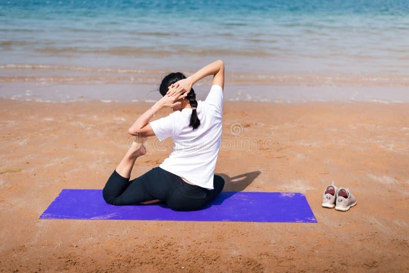 Vrouwelijke vrienden die yoga op het strand uitoefenen royalty-vrije stock foto's