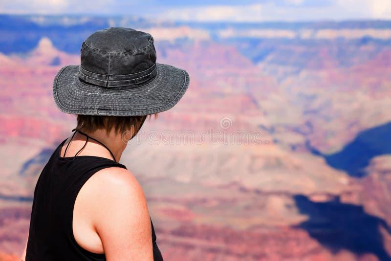 Vrouwelijke wandelaar bij de Grote Canion stock afbeelding