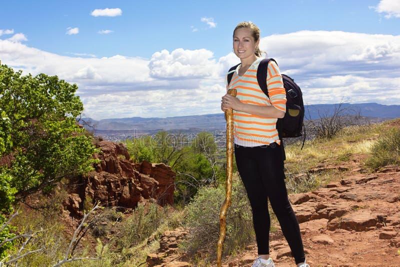 Vrouwelijke Wandelaar in de Woestijnbergen stock fotografie