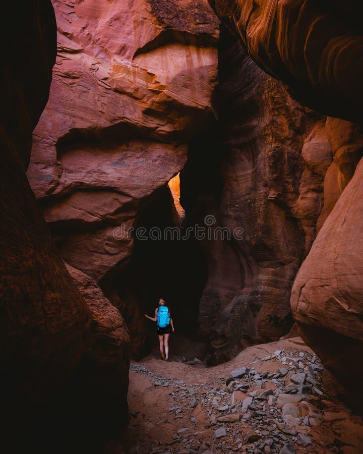 Vrouwelijke wandelaar die geheimzinnige holen van Grand Canyon onderzoeken stock afbeeldingen