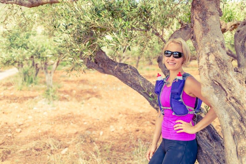 Vrouwelijke wandelaar die op boom, het Eiland van Kreta, Griekenland rusten royalty-vrije stock foto