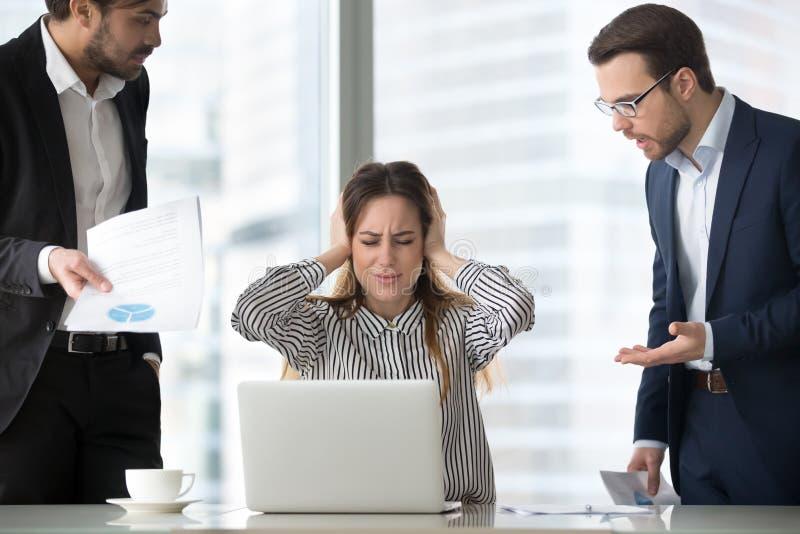 Vrouwelijke werkgever die in wanhoop van het werk sluitende oren samenvatten royalty-vrije stock foto