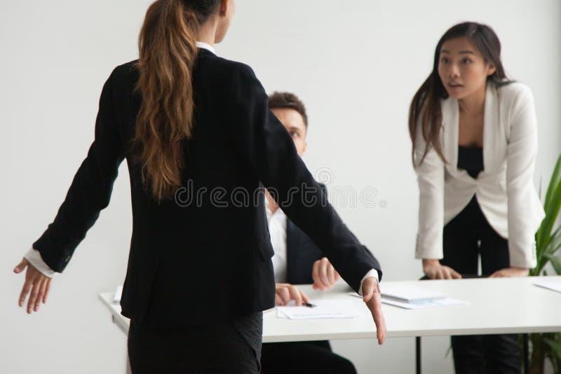 Vrouwelijke werknemer door collega's in bedrijfsmislukking wordt beschuldigd die stock fotografie