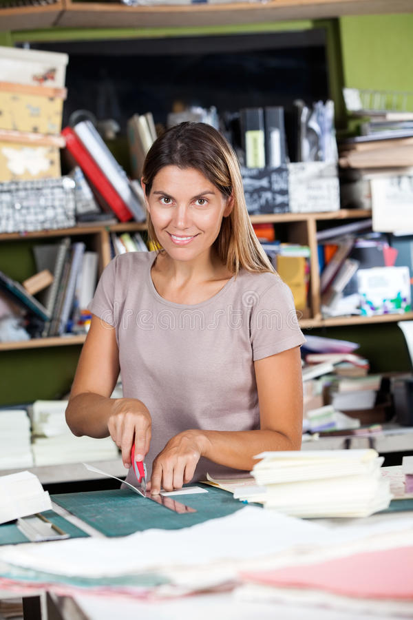 Vrouwelijke werknemer Scherp Document in Fabriek stock foto