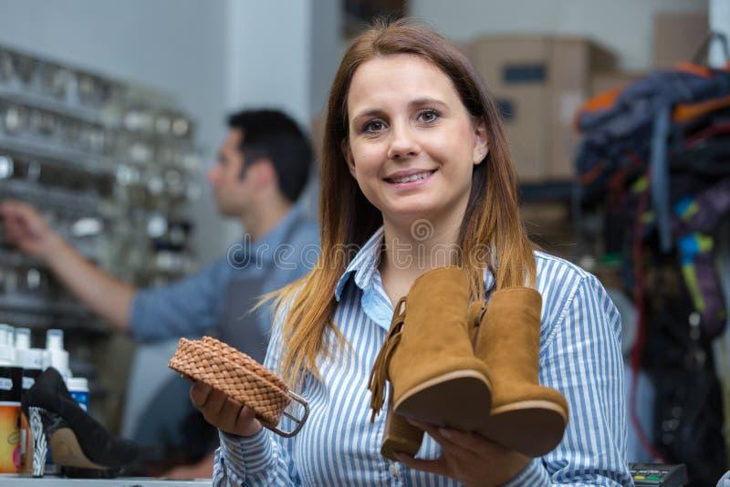 Vrouwelijke werknemer in schoenfabriek stock afbeeldingen