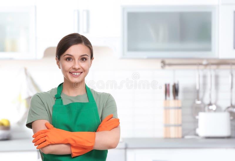 Vrouwelijke werknemer van de schoonmakende dienst in eenvormig stock afbeelding
