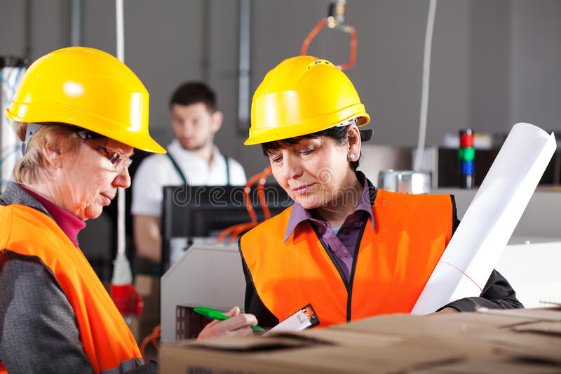 Vrouwelijke werknemers in fabriek stock foto