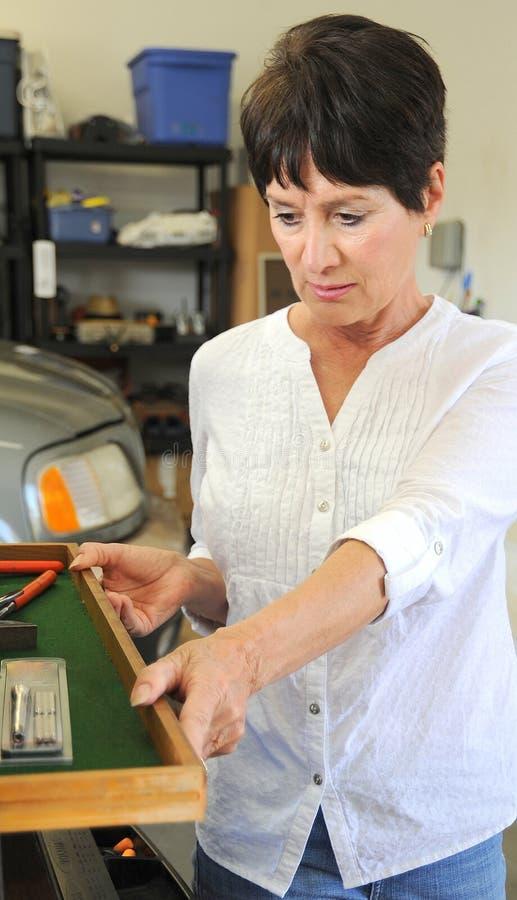 Vrouwelijke werktuigkundige op het werk stock foto