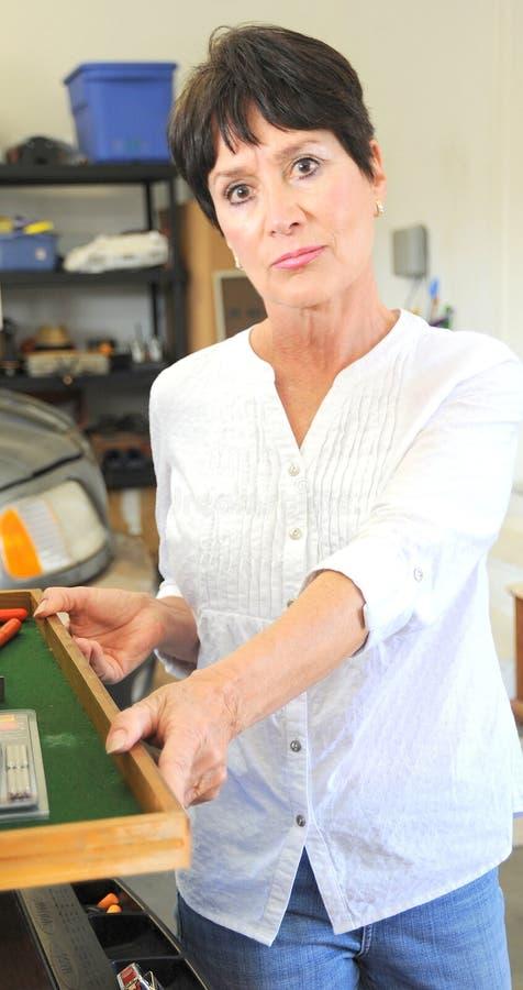 Vrouwelijke werktuigkundige op het werk stock afbeelding