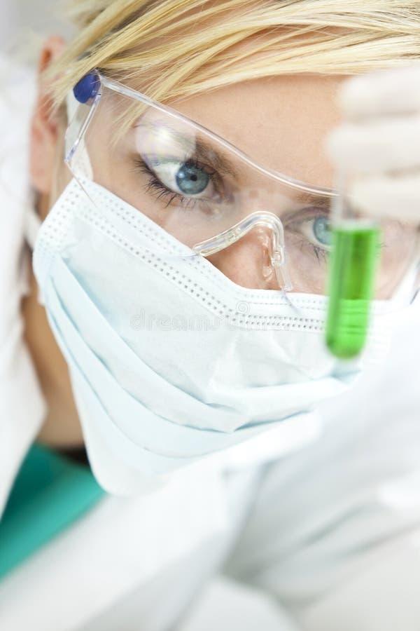 Vrouwelijke Wetenschappelijke Onderzoeker in Laboratorium stock afbeeldingen