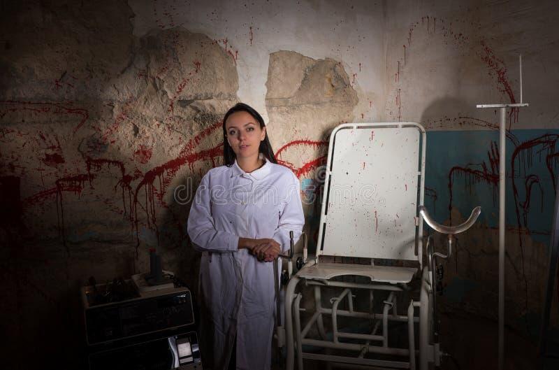 Vrouwelijke wetenschapper in kerker met bloedige muren royalty-vrije stock afbeeldingen