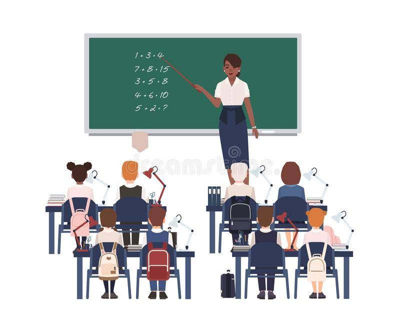 Vrouwelijke wiskundeleraar die optelling verklaren aan basisschooljonge geitjes of leerlingen Het glimlachen het Afrikaanse Ameri royalty-vrije illustratie