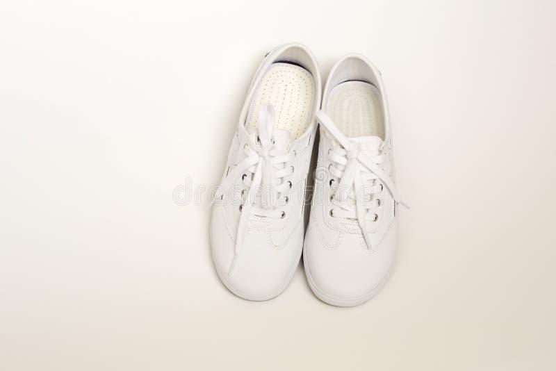 Vrouwelijke witte het lopen schoenen met dikkere riemen stock afbeelding