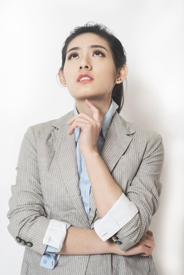 Vrouwelijke zakenman denkende staat stock foto's