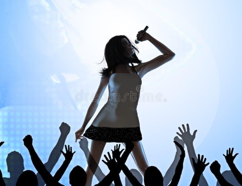 Vrouwelijke zanger op stadium stock foto's
