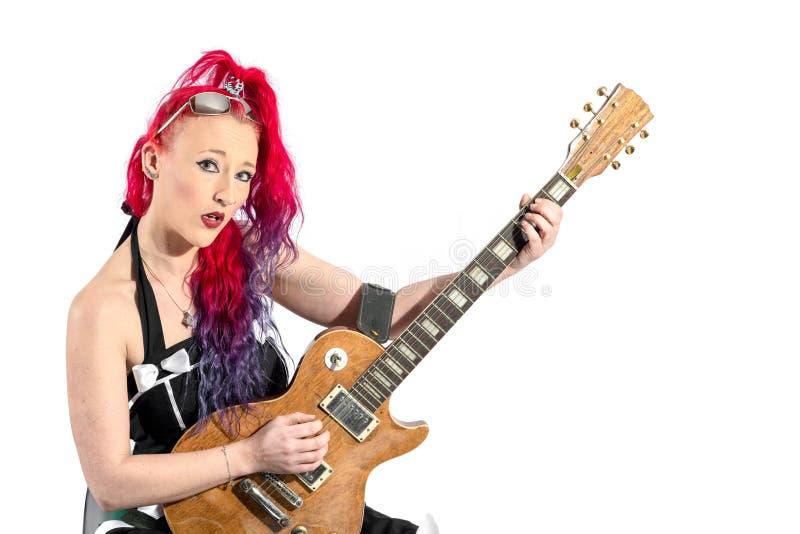 Vrouwelijke zanger met rood haar met een gitaar royalty-vrije stock afbeelding
