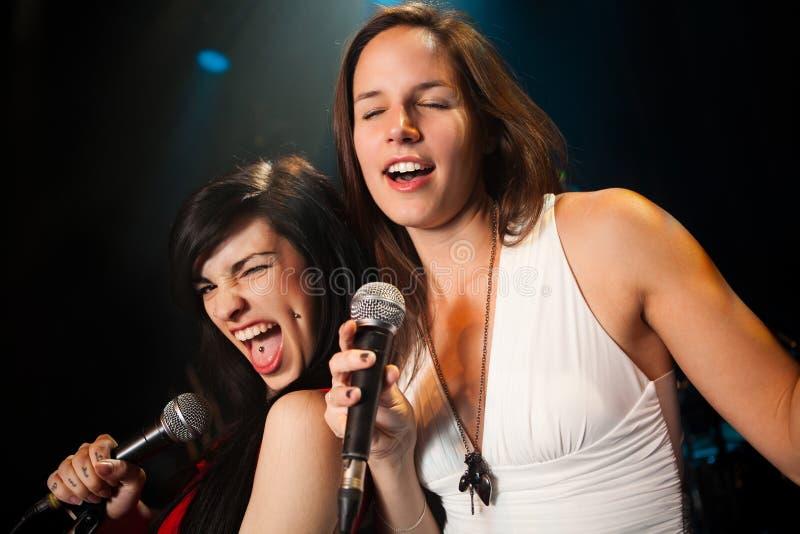 Vrouwelijke zangers die een duet uitvoeren royalty-vrije stock fotografie
