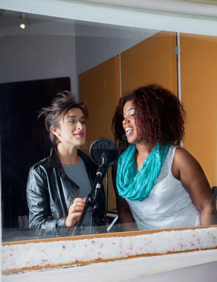 Vrouwelijke Zangers die in Opnamestudio zingen stock afbeelding