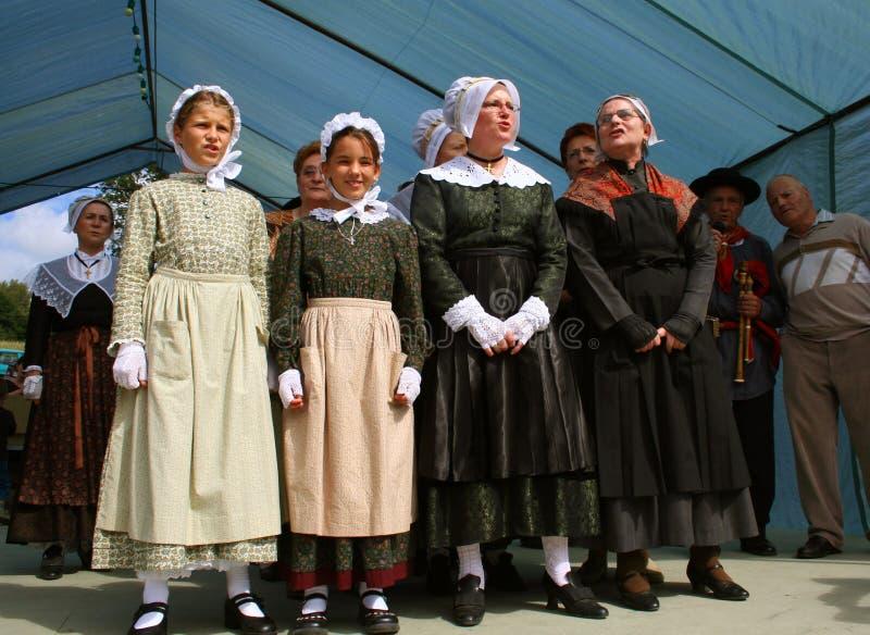 Vrouwelijke zangers in traditionele kleren stock afbeeldingen