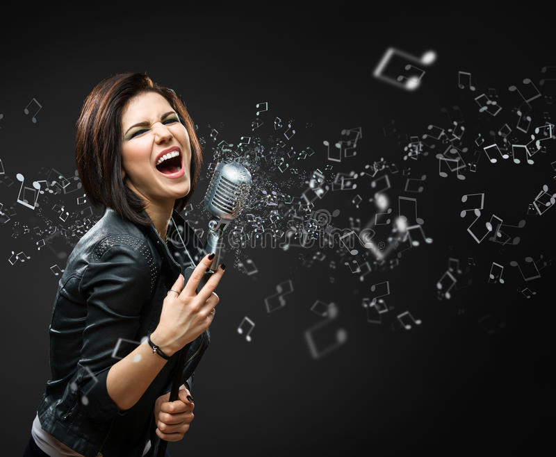 Vrouwelijke zingende rotsmusicus stock foto