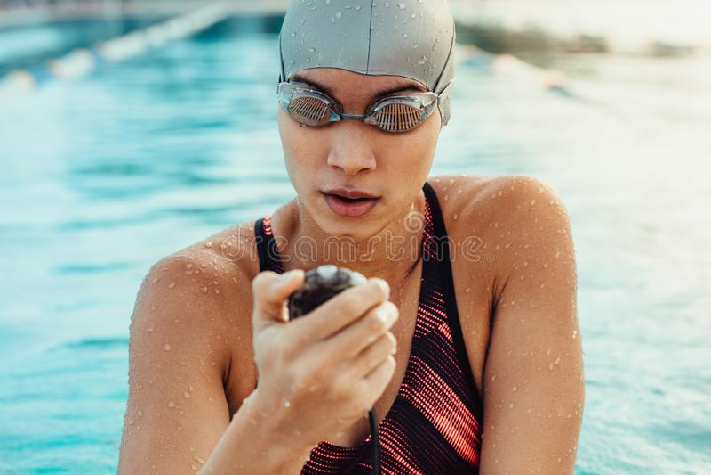 Vrouwelijke zwemmer die voor de concurrentie voorbereidingen treffen stock foto