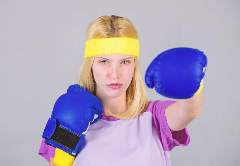 Vrouwelijkheid en sterktesaldo De vrouwen bokshandschoenen genieten van training Het meisje leert hoe me verdedig Vrouw die uitoe royalty-vrije stock afbeelding