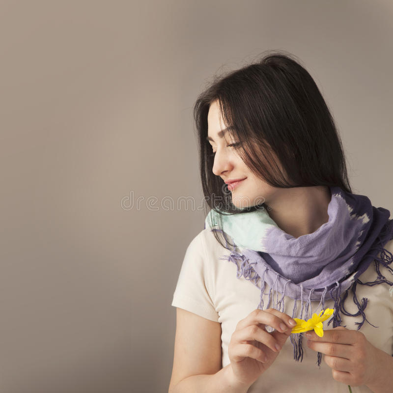 vrouwelijkheid Schoonheidsportret van een jong mooi donkerbruin meisje w royalty-vrije stock foto