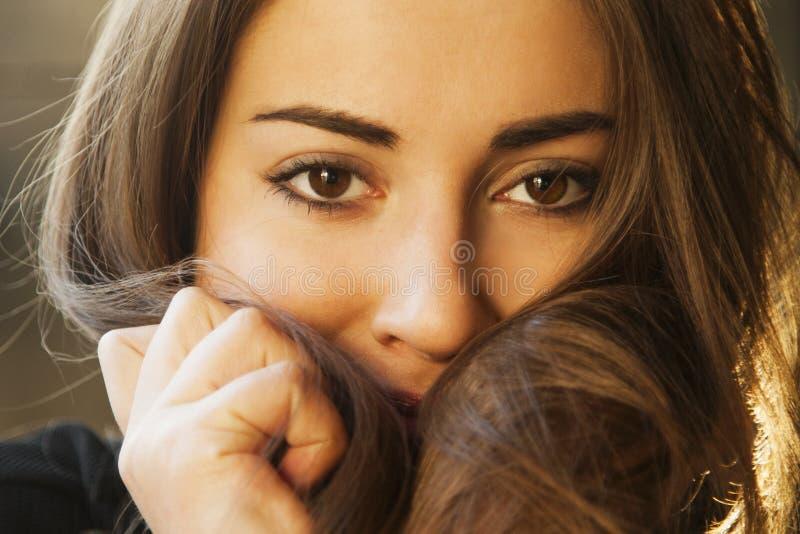 vrouwelijkheid Schoonheidsportret van een jong mooi donkerbruin meisje w stock afbeelding