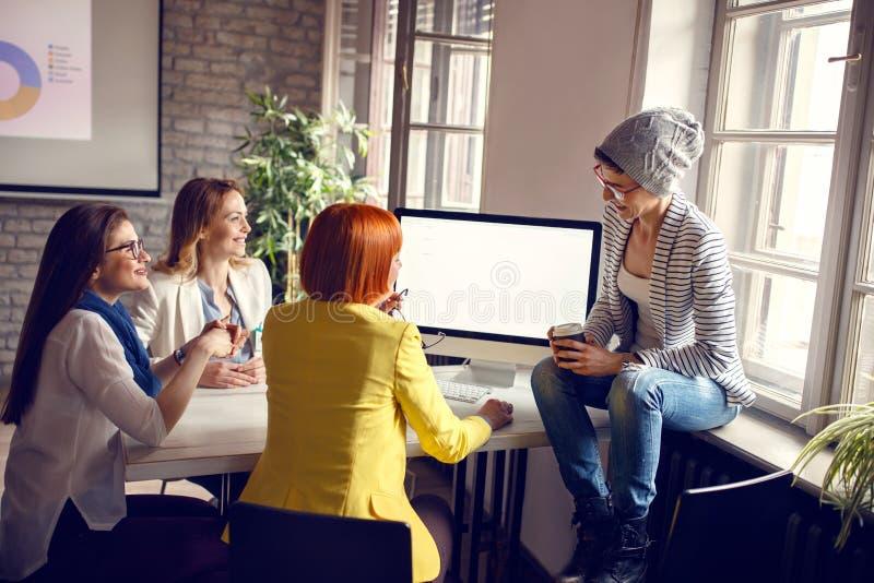 Vrouwen aan het werk in bureau royalty-vrije stock afbeeldingen