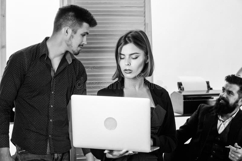 Vrouwen aantrekkelijke dame die met mannen collega's werken Bureau collectief concept De medewerkers delen het oplossen van zaken stock afbeeldingen