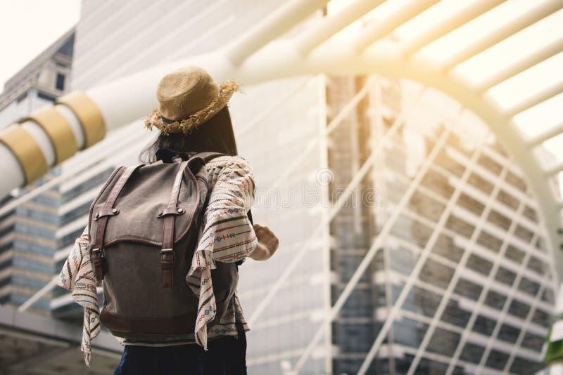 Vrouwen backpacker reis in Bangkok stock fotografie
