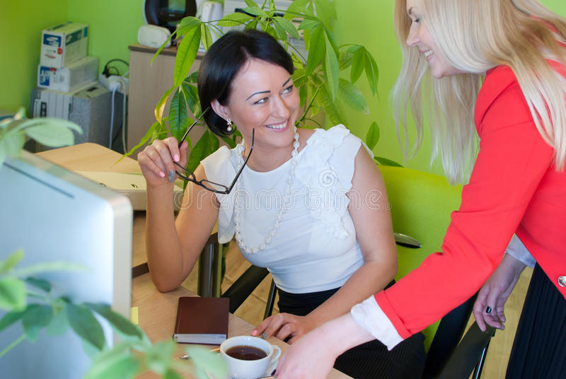 Vrouwen bedrijfs gelukkige bureaukoffiepauze royalty-vrije stock foto