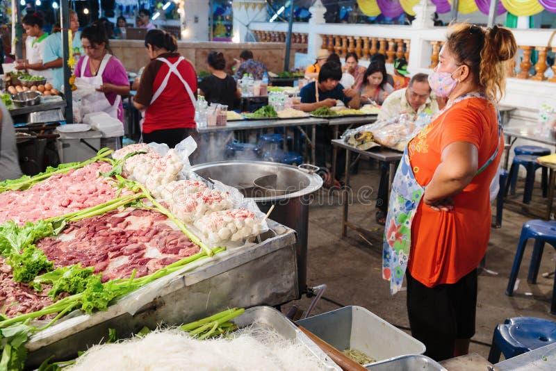 Vrouwen belangrijkst-kooktoestel in een straatkoffie inThailand royalty-vrije stock afbeelding