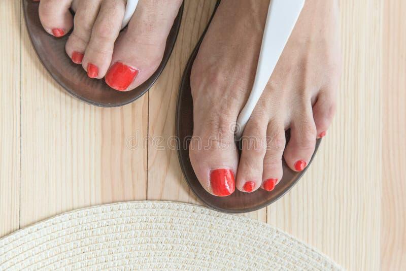 vrouwen benen die op schoenen zetten royalty-vrije stock foto