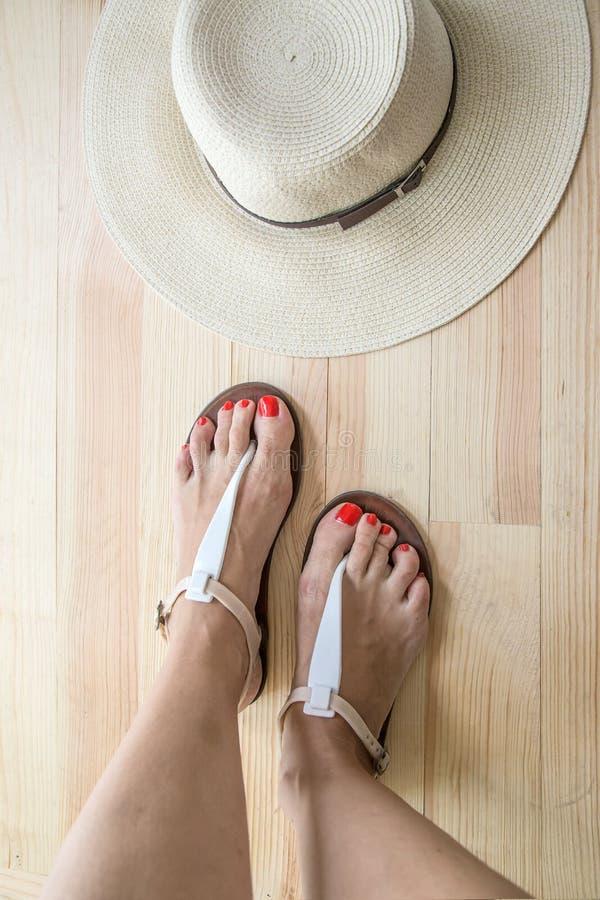 vrouwen benen die op schoenen zetten royalty-vrije stock foto's