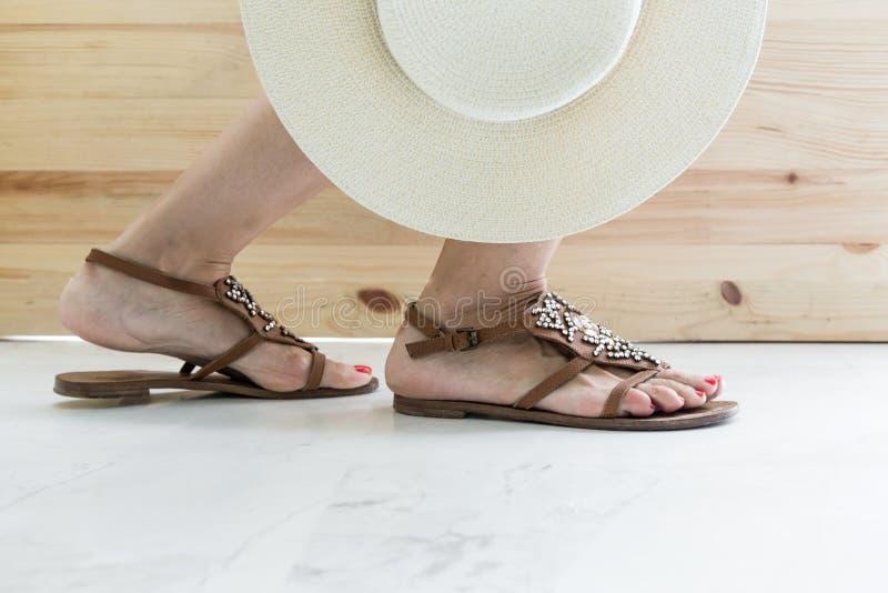 vrouwen benen die op schoenen zetten stock afbeeldingen