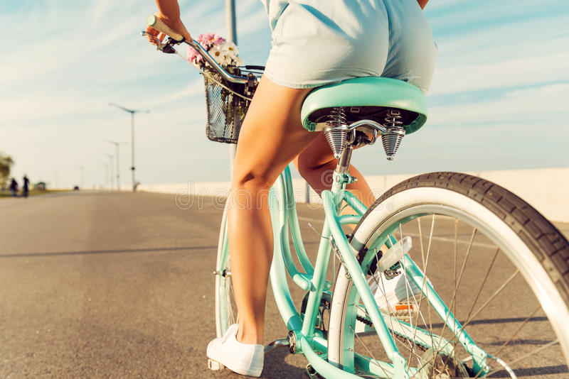 Vrouwen berijdende fiets royalty-vrije stock foto