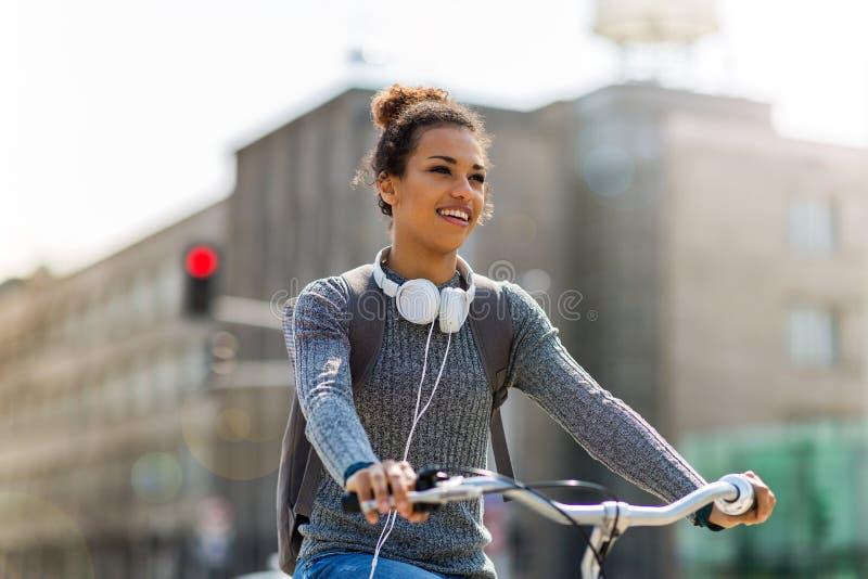 Vrouwen berijdende fiets op stadsstraat royalty-vrije stock afbeeldingen