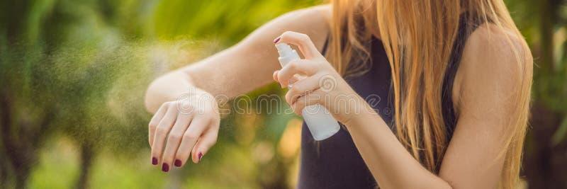 Vrouwen bespuitend insektenwerend middel op huid openluchtbanner, lang formaat royalty-vrije stock foto