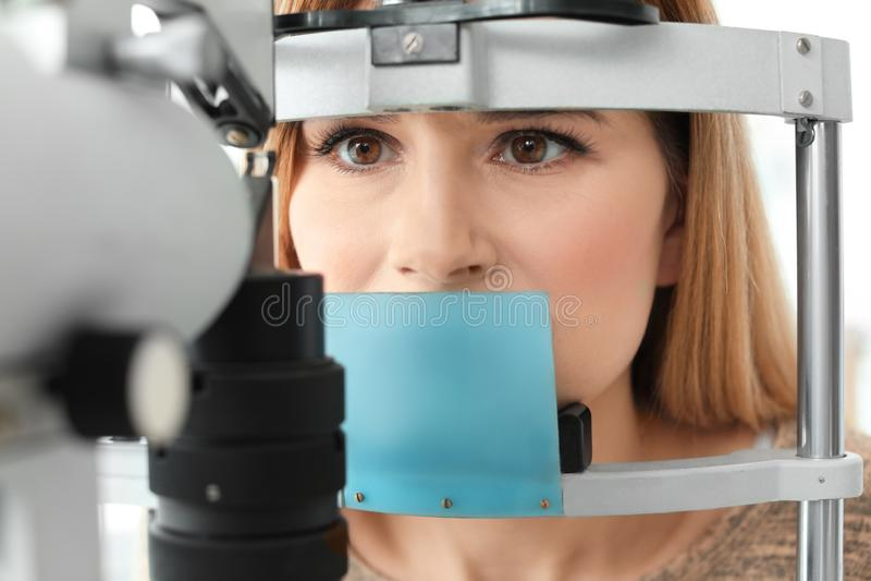 Vrouwen bezoekende oftalmoloog, close-up royalty-vrije stock afbeeldingen